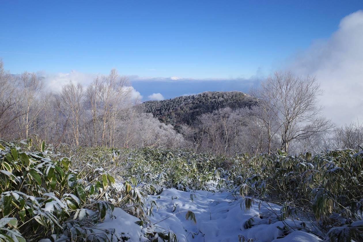 飯縄山山頂から眺める霊仙寺山