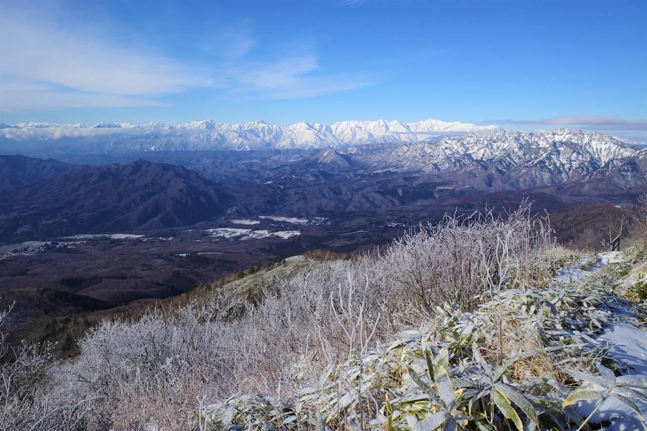飯縄山から眺める北アルプスの雪景色と霧氷