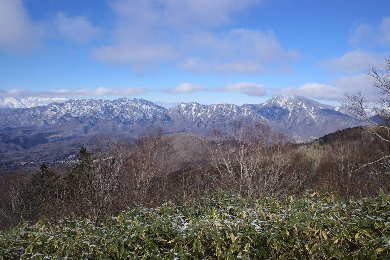 西登山道から眺める戸隠山と高妻山