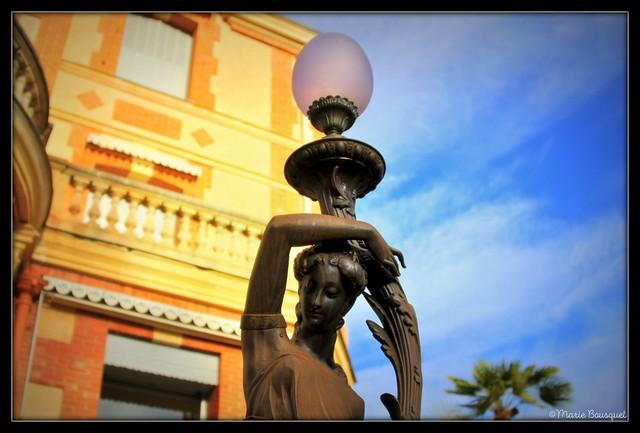 Lampadaire devant la villa Palauda à Thuir