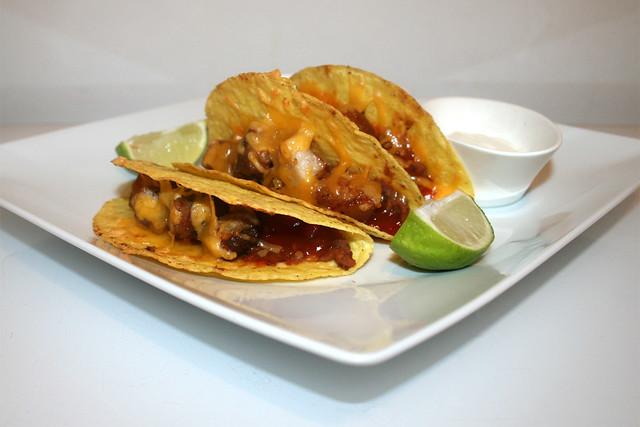 53 - Tacos con chicharronés y frijoles refritos - Side view / Seitenansicht