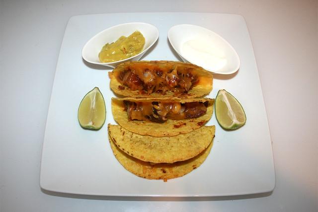 52 - Tacos con chicharronés y frijoles refritos - Served / Serviert