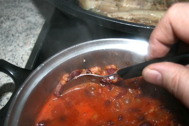 35 - Bohnen am  Topfrand zerdrücken / Squash beans at rim