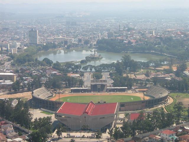 Madagascar  Antananarivo  Le stade et la pollution.