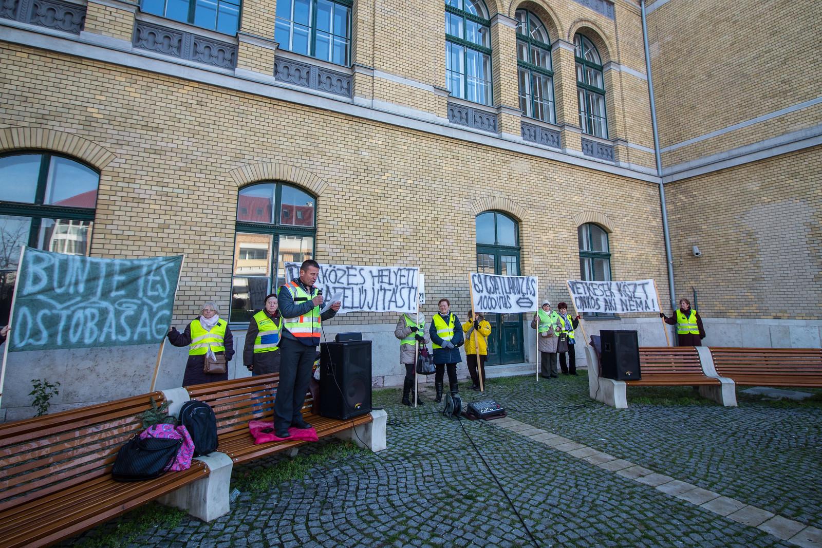 Kifütyülték a tüntetők a MÁV-ot