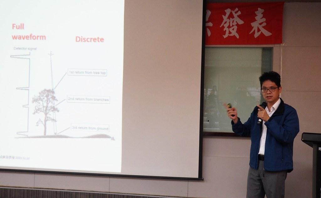 成大測量及空間資訊學系教授王驥魁說明空載光達技術在尋找巨木上的應用。攝影:李育琴