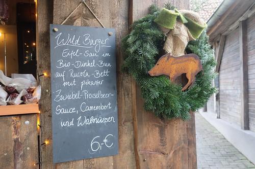 Aushänge am Wildschwein-Burger-Stand (beim Weihnachtsbaumkauf auf dem Hof Strübbe)