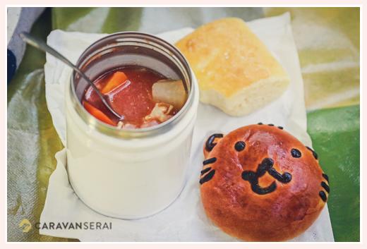 海上の森で食べるパンとシチュー(スープ) ピクニック ランチ