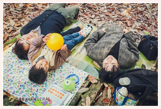 森へピクニック 家族でゴロンと寝転んで 落ち葉 冬