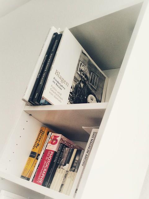 Wir kommen voran... Regale aufbauen... Bücher einräumen... (explored)