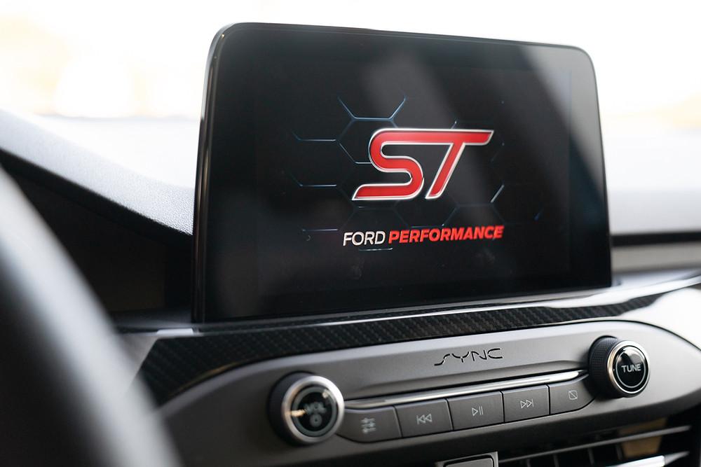 【圖八】New Ford Focus ST標配8吋懸浮式全彩LCD觸控螢幕,搭載SYNC3及原廠中文衛星導航系統,駕駛者亦可透過儀表板中的4.2吋全彩LCD液晶智慧多功能儀表板查看渦輪增壓值、機油壓力與溫度等資訊