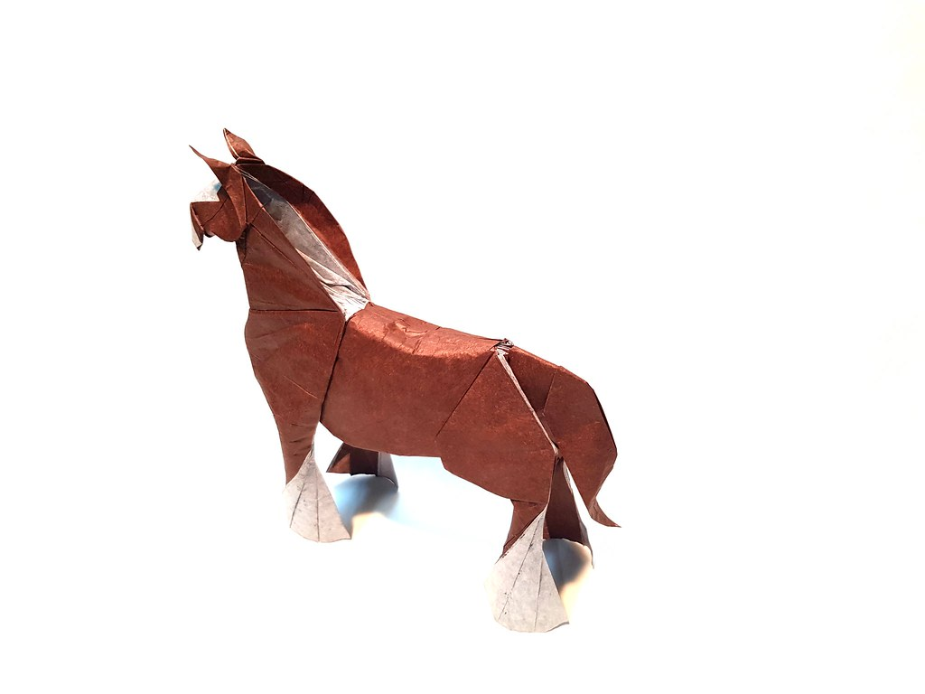 Clydesdale Horse Design: Quentin Trollip  Fold: Aarón Ramírez  Paper: 70x70 double tissue  What I like more of this design is the brilliant color change in legs and head 👏👏👏 #origami #origamiart #paperart #papiroflexia #paperflxn #paperfold