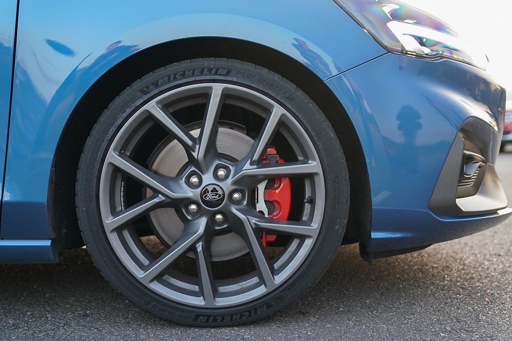 【圖四】New Ford Focus ST,配備競技型 Performance Pack套件凸顯純正鋼砲血統,包含Michelin 19吋 Pilot Sport 4S進階高性能跑胎及輕量化鋁圈、四輪大型碟煞及大型紅色卡鉗(前雙後單活塞組),展現New Ford Focus ST的狂放帥勁