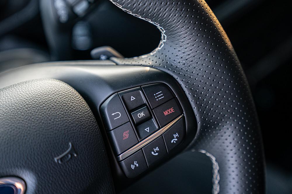 【圖五】New Ford Focus ST採用專屬平底運動化方向盤,於右側多功能按鍵附「S」按鍵與「Mode」選擇模式鈕,駕駛人可在目不離路的狀態下迅速切換動態模式