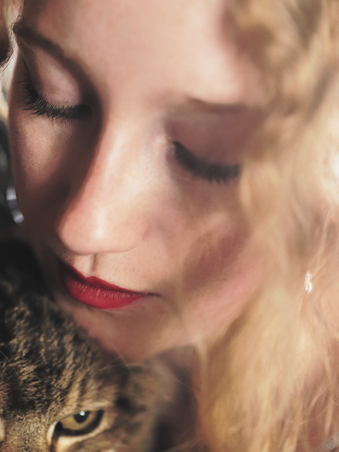 Le chat est à nos côtés le souvenir chaud, poilu, moustachu et ronronnant d'un paradis perdu.