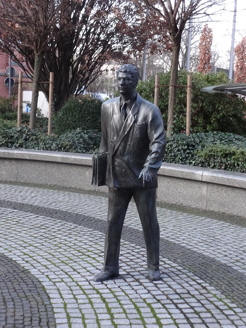 2002 Berlin Beamter von Josef Nalepa Bronze Hof Spree-Bogen Alt-Moabit 101 in 10559 Moabit