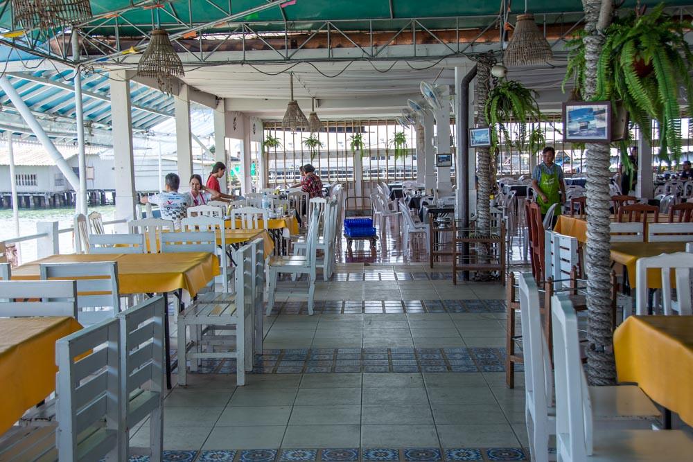 Ресторан на пирсе в Бан Пхе