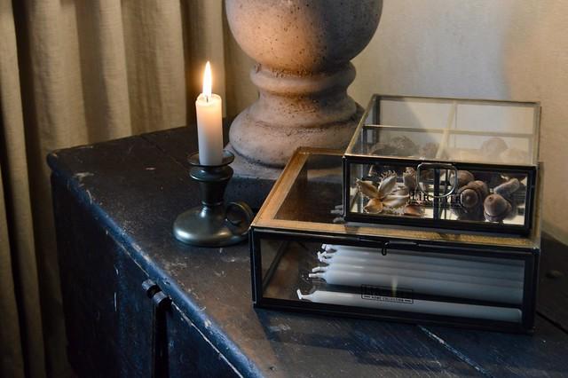 Zwart glazen box met kaarsen