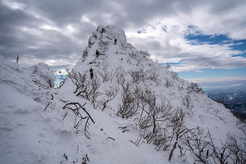 冬の上州武尊山から下山する
