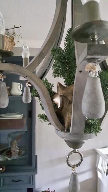 Houten kroonluchter met kerstversiering landelijk