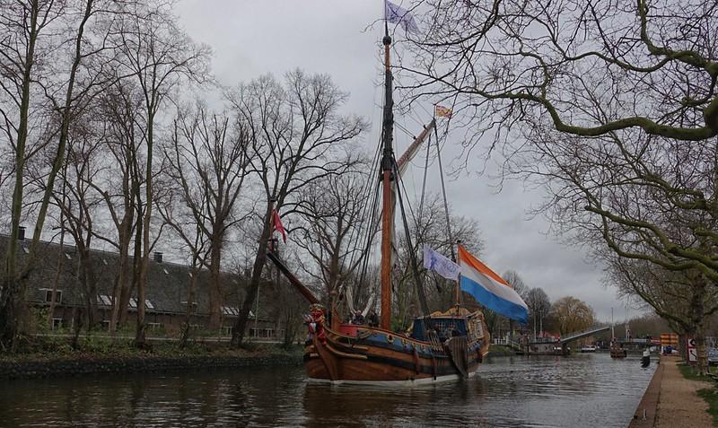 Ter gelegenheid van het jubileum van het Delfts Blauw bedrijf Heinen voer het Statenjacht de Utrecht naar Delft en Rijswijk