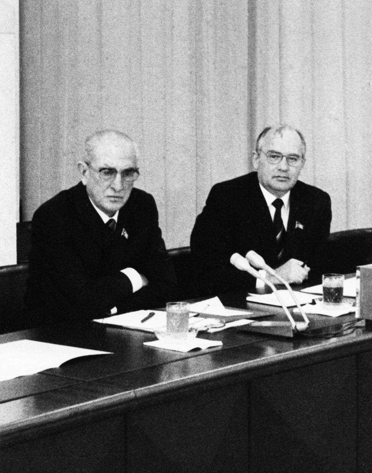 1983. Юрий Андропов и Михаил Горбачев во время встречи с ветеранами партии в ЦК КПСС. 15 августа