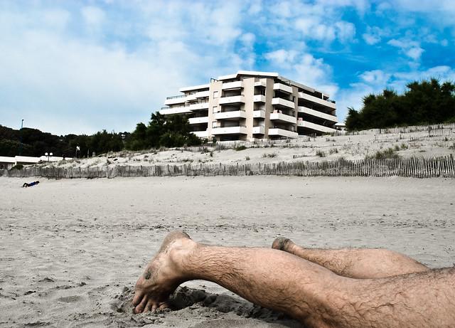 Südfrankreich, Mai 2008: Beine im Sand.