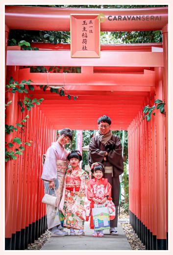 七五三 伊奴神社 名古屋市西区 ご家族全員和装の服装 赤い鳥居