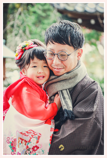 七五三 3歳の女の子がパパに抱っこされて 笑顔 家族の写真