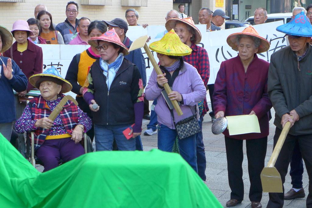 老婦們拿著湯勺、坐著輪椅,要求礦務局駁回永侒實業的礦權展限。孫文臨攝