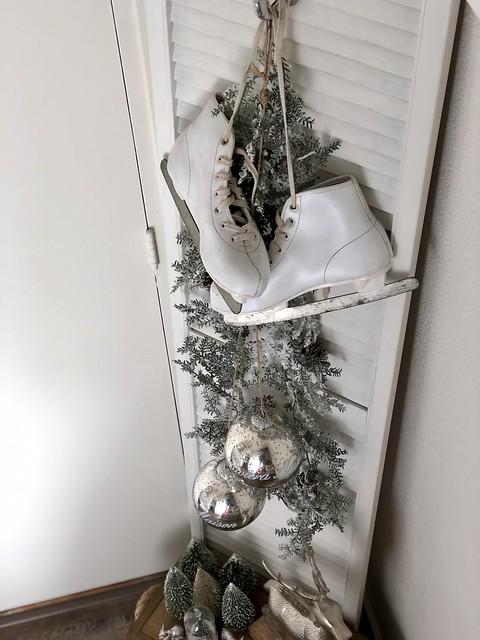 Witte schaatsen oud luik zilveren kerstballen