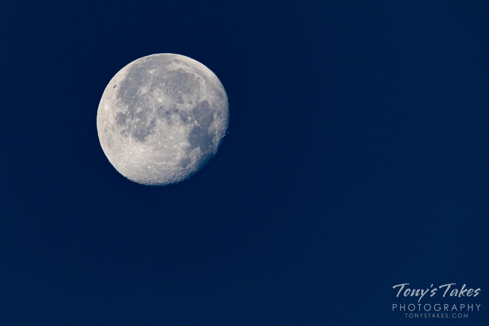 A waning gibbous moon as seen from the Colorado Front Range. (© Tony's Takes)