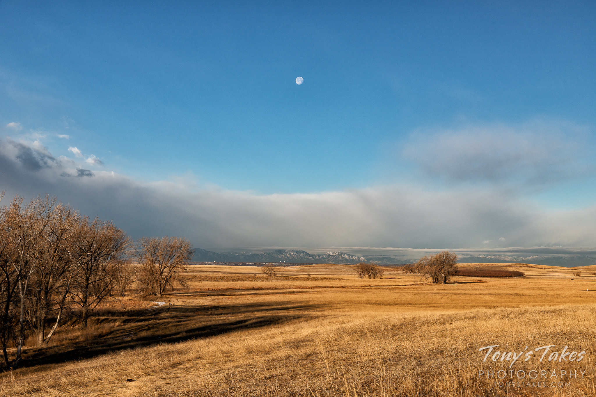 The Colorado Front Range with the setting moon above. (© Tony's Takes)