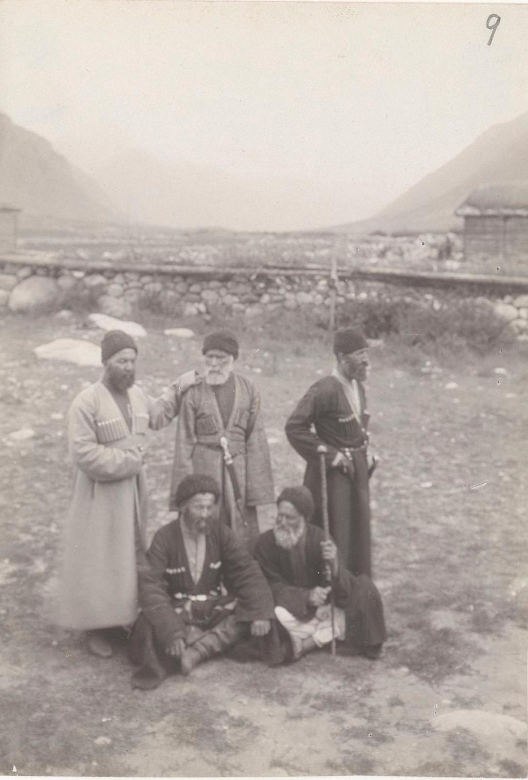 05. Западный Кавказ. Карачаевцы возле Учкулана