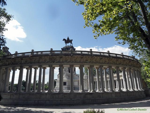 Madrid - Parc El Retiro. Monument à Alphonse XII. Colonnades vues du côté jardin.
