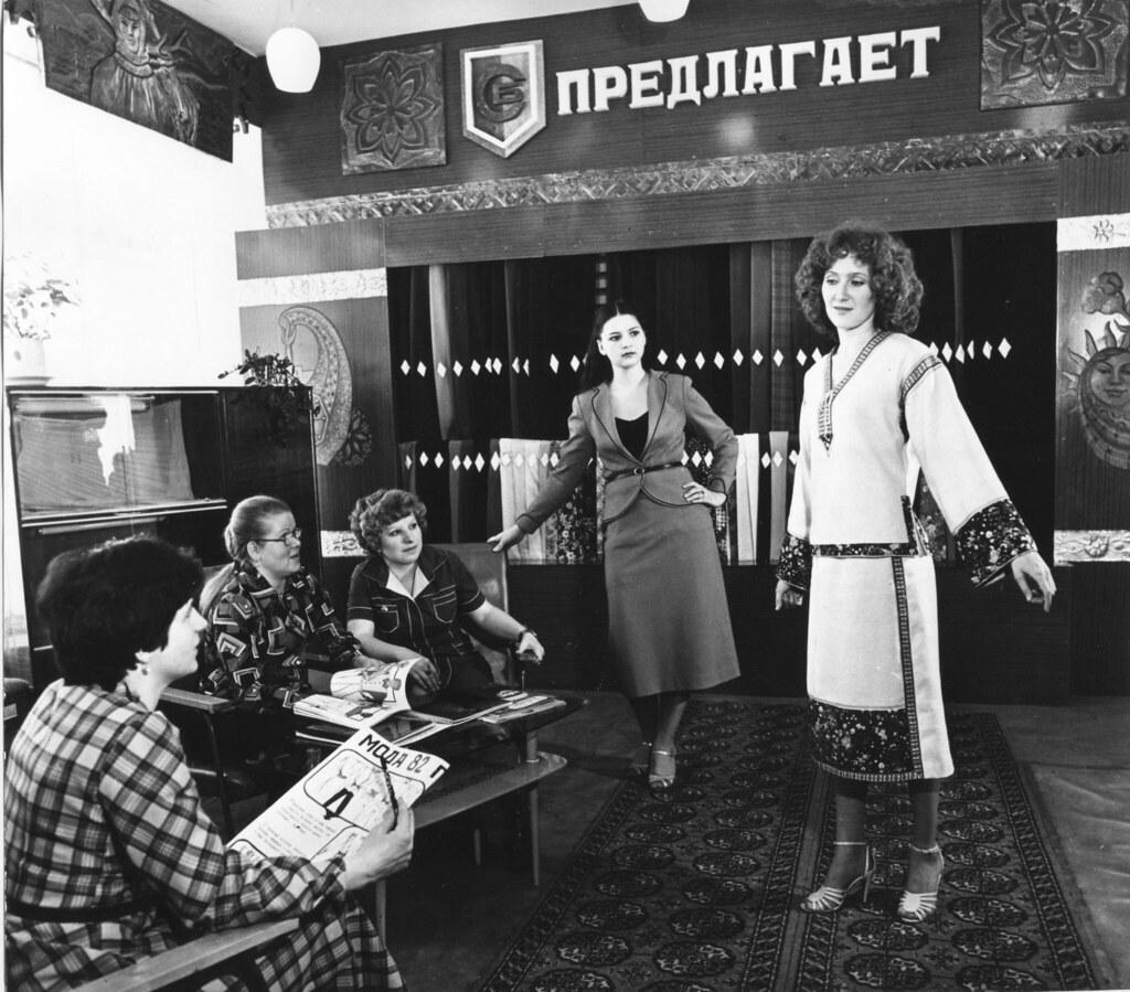 1982. Портные и швеи в городе Вуктыл обсуждают новые модные платья