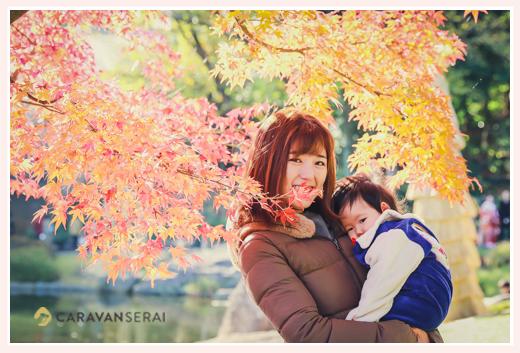 秋の徳川園 紅葉したモミジ 赤ちゃんとママ