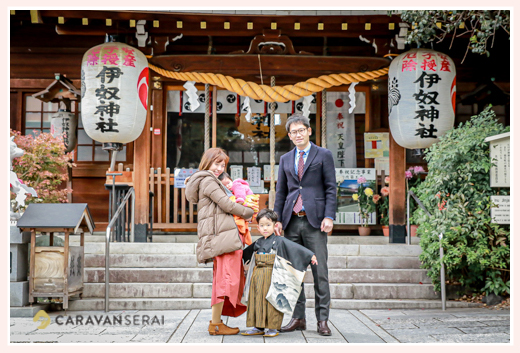 伊奴神社で七五三 家族の写真 年賀状用 12月 冬