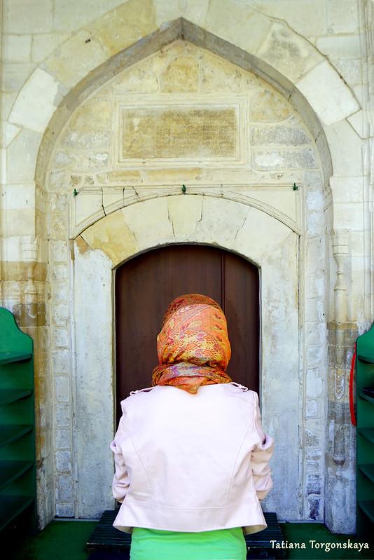 Женщина перед входом в мечеть