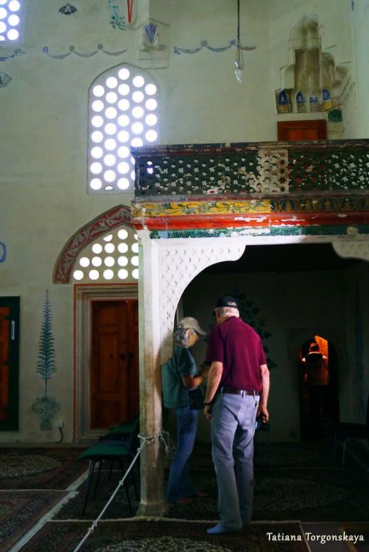 Туристы в Караджозбеговой мечети