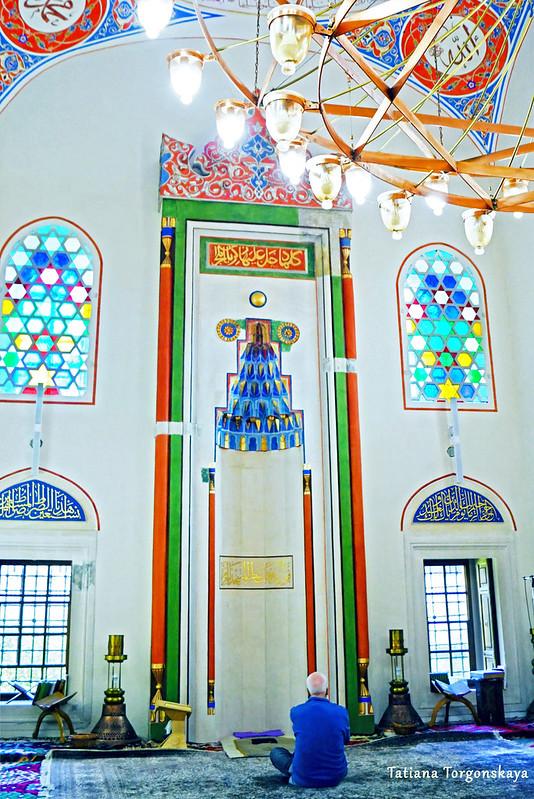 Молящийся человек в мечети Ферхадия