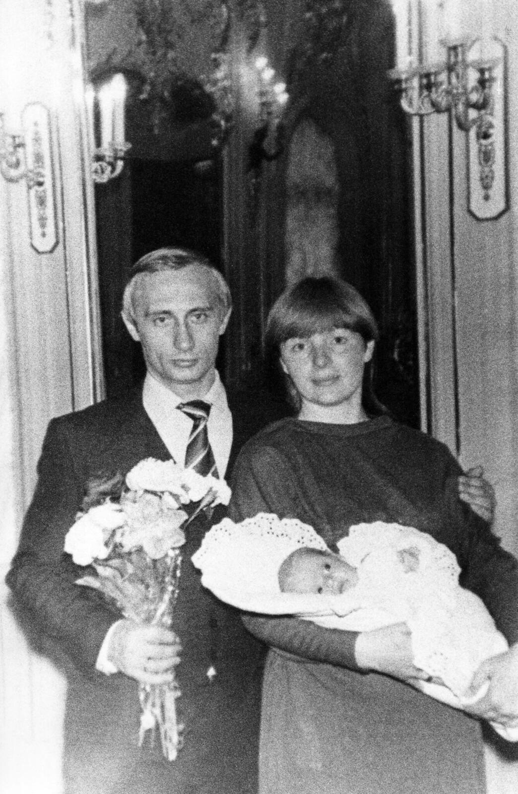 1985. Владимир Путин с женой Людмилой и дочерью Катей, весна