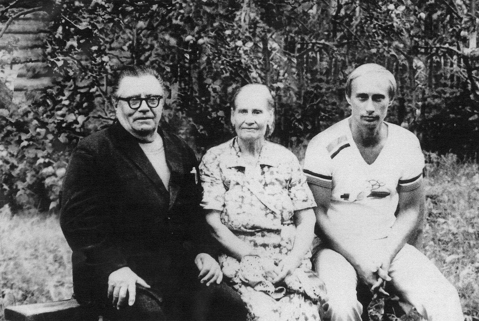 1985. Владимир Путин с родителями Марией и Владимиром Путиными перед его отъездом в Германию