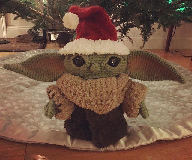 New hat, new episode. 🎅🎄 #themandalorian #babyyoda #crochet #amigurumi