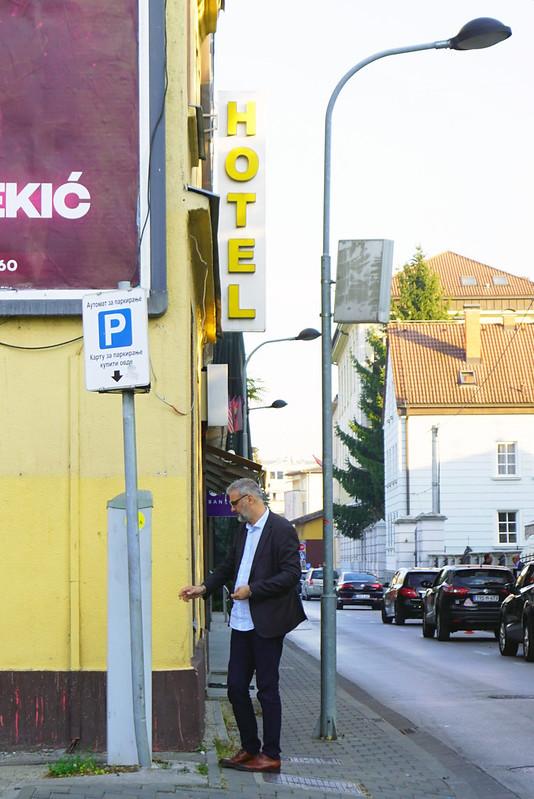 Мужчина платит за парковку в Баня Луке
