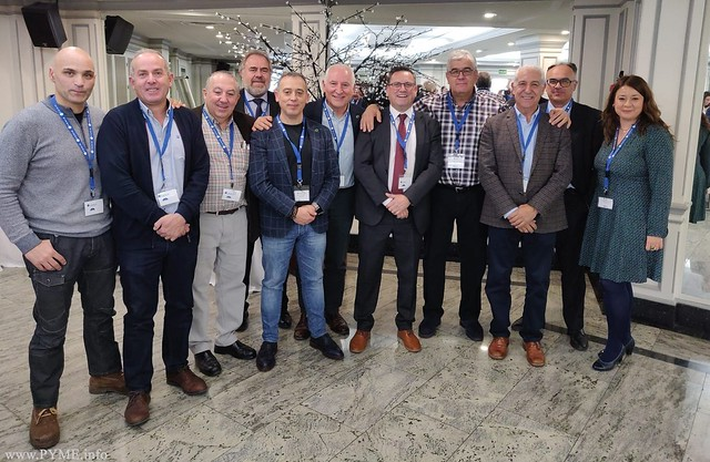 Miembros de PECALE entre los que se encuentra el presidente de AESLUX, junto al nuevo presidente de FENIE, Miguel Ángel Gómez
