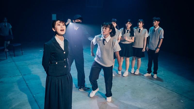 謝芳茵飾演的實習老師(藍衣者)以教育之名壓迫學生,反映獨裁政權的魁儡。圖/謝芳茵提供