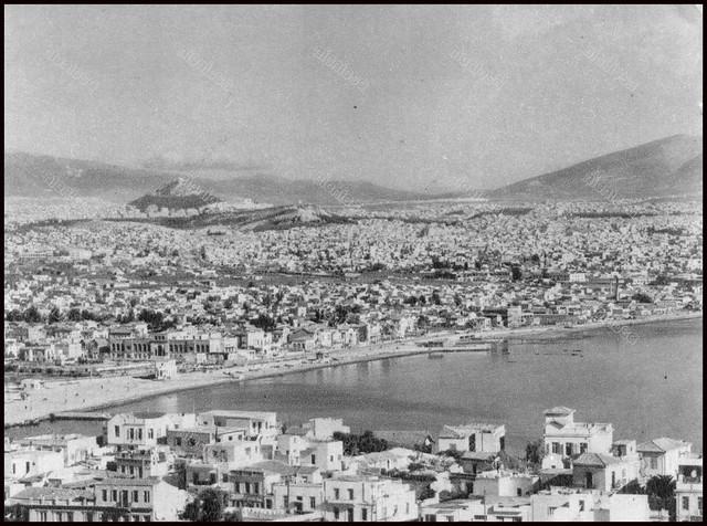 Η θέα του Νέου Φαλήρου και της Αθήνας στο βάθος, από τον λόφο της Καστέλλλας. Φωτογραφία: Δημήτρης Χαρισιάδης.
