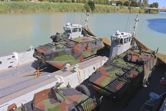 Lanchas de desembarco anfibio LCM-1E, abarloadas al BAM, Buque de Accion Maritima, Audaz, con los vehículos de Infantería de Marina, Uro Vamtac ST5, AAV-7C y Piraña III.