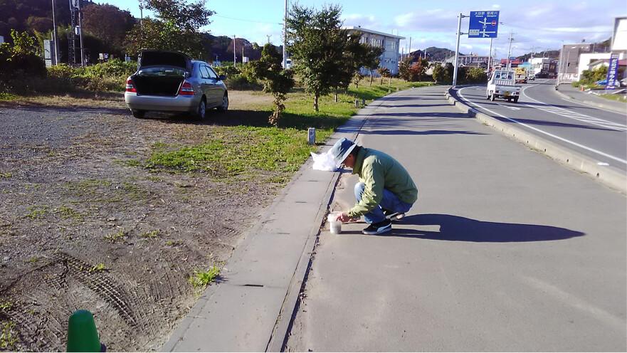 民眾自發性地在道路邊採取土砂,調查風災後的輻射污染狀況。